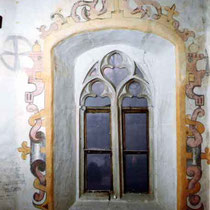 Chorraum, Fenster, Beschlagwerk- Malereien aus der Renaissancezeit mit älterer darunter liegender Malerei (Radkreuz), Aufnahme nach Freilegung, Reinigung, Retusche und Rekonstruktion des oberen Bereiches