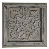 Panel de color gris oscuro con relieve floral