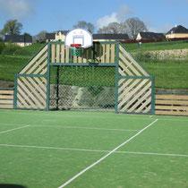 Un terrain de basket ball et de football à côté de la gendarmerieà Sillé le Guillaume © Office de Tourisme de Sillé le Guillaume