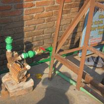 Mit der Pumpe wird das Brunnenwasser in den Vortank gepumpt