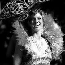 Melanie Oster als Showgirl und Sängerin