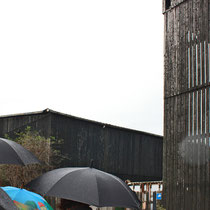 Mit STRABAG-Schirmen vorbei an Holzhändlern im Deutzer Hafen.