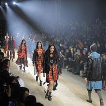 Al final del desfile, desfilaron modelos con prendas en las que el par de diseñadores Steve J y Yoni P pusieron énfasis en lo juvenil (foto: Sohn Ji-ae).