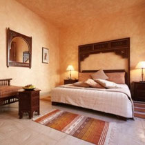 Room Chabbia: First floor, windows on patio, king-size bed, bathtub.