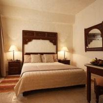 Chambre Guitna:  Au premier étage, fenêtre sur patio, grand lit, douche.