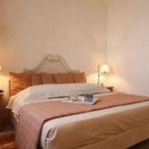 Chambre Touareg:  Au premier étage, fenêtres sur patio et jardin, grand lit, douche.