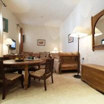 Chambre Zebda: Au premier étage, avec 2 lits séparés et un coin repas, douche.