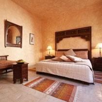 Chambre Chabbia: Au premier étage, fenêtres sur patio, grand lit, baignoire.