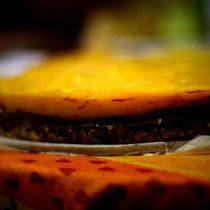 Torte aus Avocados, Mangos, Orangen, Mandeln, Kokos, Kakao und Palmensirup. 100% Vegan / 80% Rohkost