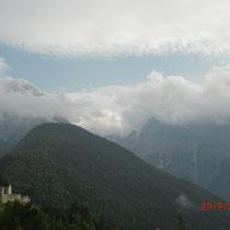Blick vom Predilpass auf den wolkenverhangenen Mangart