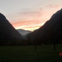 Sonnenuntergang; in der Ortschaft Trenta, Blick Richtung Bovec