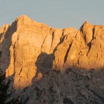 Kurz vor Sonnenuntergang leuchten die Berge für wenige Minuten rötlich braun