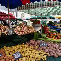 Markt in Beaune  Frankreich Stadt und Gartenreise nach  Beaune im Burgund