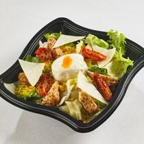 Authentique salade médina - Semoule aux épices du monde, médaillons de poulet, oeuf poché, tomates confites, tomme de brebis, salade