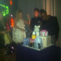 01/07/2011 - Cheryl coupe le gâteau!