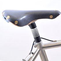 サドルはジルベルソー・アラヴィス。現行品らしいアール・デコなデザインでチタンベースの高級サドル。シートピラーはグラファイトデザイン。