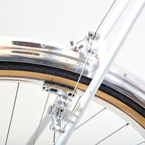 泥除け分割小物は夏工房製のニューデザインをインストール。M5のウイングボルトで簡単に分割が可能です。ブレーキはグランボアのカンティです