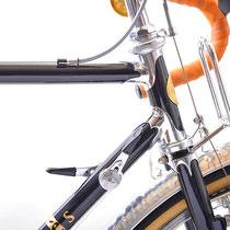 フレンチタイプにカットされたヘッドラグをメッキ出し仕上げ。ユーレー・ジュビリーの初期型Wレバーはカンパニョーロタイプの台座に取り付けるため、加工を施してあります。