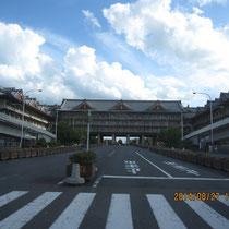 これは、神宮近くの天理教のりっぱな施設。