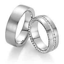 """Produktinformationen """"Ruesch Eheringe Platin mit Brillanten 02/50110-065""""  Massive Platin Trauringe, extra flach verarbeitet für einen angenehmen Tragekomfort. Da die Ringe kaum spürbar sind, werden Männer die sonst keine Ringe tragen diese lieben.  Ring"""