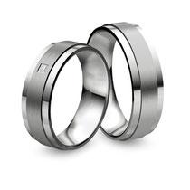 """Produktinformationen """"Ruesch Eheringe Platin mit Brillant 02/40070-065 & 02/40080-065"""" Die Ringe sind aus massivem Platin fugenlos gefertigt, von innen abgerundet außen gerade. Der Damenring ist mit einem Diamant in Princessschliff ausgefasst.    Ringfor"""