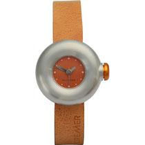 Rolf Cremer Damen-Armbanduhr Boom Analog Quarz 502909 Rolf Cremer      stark gerundetes Gehäuse, matt edelstahlfarben     Ø 32 mm, Höhe 10 mm     große orange Uhrkrone     angenehm am Arm liegend     oranges Lederarmband mit Dornschließe     oranges Ziff