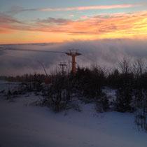 Morgenstimmung an einem Drehtag auf dem Fichtelberg: der sogenannte Egernebel aus dem Böhmischen zieht zum Berg
