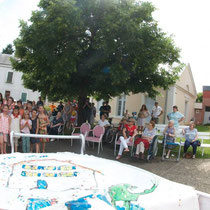 Les enfants et les amies de la maison de retraite chante avec BéBé Charli