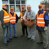 Schützenpräsident Dietmar Lenerz versorgt die Beleuchter mit kühlem Nass und Spezereien von Gattin Heidi!
