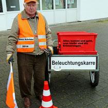 Der Materialverwalter mit Karren. Hans Schröder, 85 Jahre und noch immer im Einsatz!