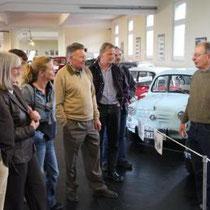 Sonntag, 17.05.2009: Automuseum Melle, Geschäftsführer Heiner Rössler mit aufmerksamen Zuhörern