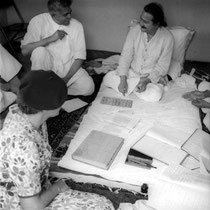 India - late 1930s : Elizabeth with Meher Baba who's talking to Ramjoo Abdulla