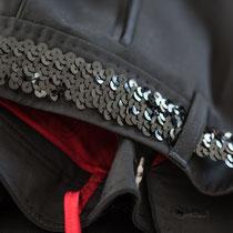 schwarze Damensmokinghose mit Palettengürtel und rotem Innenfutter