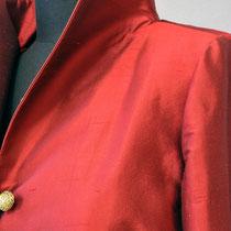 Kragen, Schulter, Ärmeleinsatzpartie an roter Seidenjacke mit goldenem Knopf