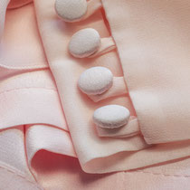 Manschetten in rosa Chiffon mit stoffbezogenen Knöpfen und Schlingenverschluß