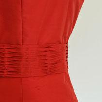 Rotes Cocktailkleid aus reiner Seide mit Bindegürtel an der Taille