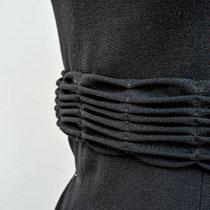 Schwarzes Georgettekleid mit kleiner Falttechnik an Taille