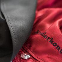 schwarzer Damensmoking mit rotem Innenfutter und schwarzer Kleiderkontor-Stickerei