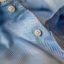 Mittelblaues Herrenmaßhemd mit Fischgrat-Muster Kragenansicht