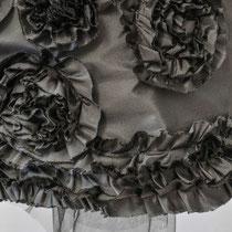 Abendrock aus schwarzer Seide mit Rueschenkante und Rosen