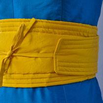 Türkisfarbenes Kleid mit japanischem Gürtel in gelber Seide