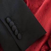 Damensmokingärmel mit fünf Kissing-Buttons bezogen mit Seide