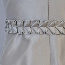 Seidenkleid aus schwerer grauer Seide mit Faltapplikationen an der Taille