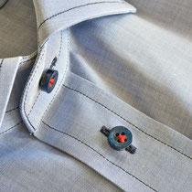 Zartblaues Maßhemd mit Kontrastknopflöchern in dunkelblau, dunkelblauen Knöpfen mit rot angenähtem Garn
