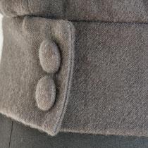 Graulila Bündchen aus Cashmere mit selbstbezogenen Knöpfen