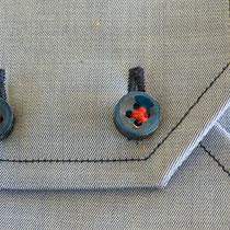 Sportliche Manschette mit Kontrastansteppung, sowie farblichen Kontrast in Nähgarne, Knopfloch und Knöpfe