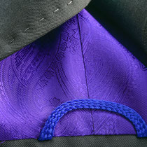 Anthrazitfarbener Blazer mit Kontrastfutter in Violett und violetten Aufhänger am Kragen