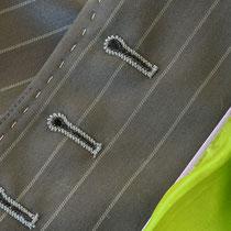 Rückseite der Augenknopflöcher in hellgrau als Kontrast im Maßkonfektionsblazer für Damen