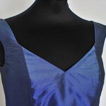 Blaues Abendkleid mit großem Ausschnitt