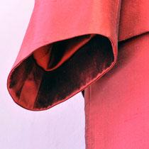 Ärmelansicht des roten Seidenkostümes